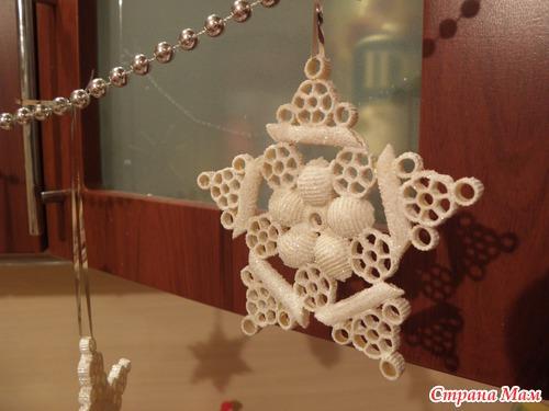 Новогодняя поделка снежинка из макарон