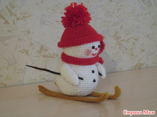 Снеговик на лыжах.