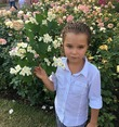 Внучка Вика в саду с розами