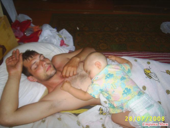 голая девка спит фото