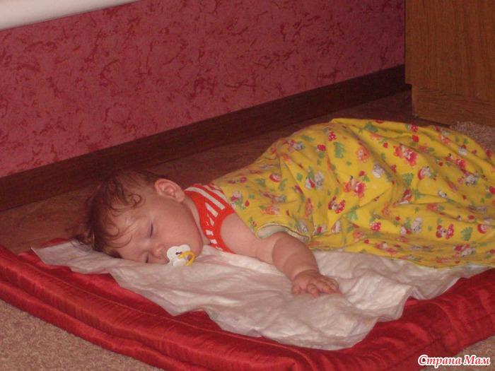 Практически в каждой семье бывает такое, что маленький ребенок упал с кровати, с дивана, выпал из коляски, с пеленального стола и даже стульчика для кормления, в общем, такое случается практически со всеми.